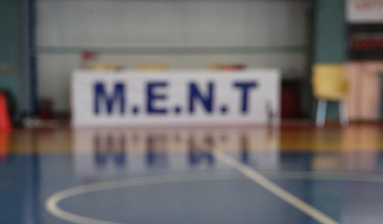 Συμπλοκή οπαδών ΠΑΟΚ και Άρη στο γήπεδο της ΜΕΝΤ