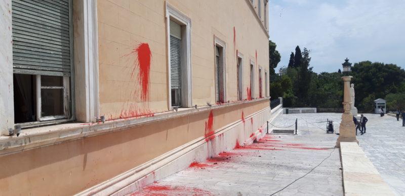 Επίθεση του Ρουβίκωνα με μπογιές και καπνογόνα στη Βουλή